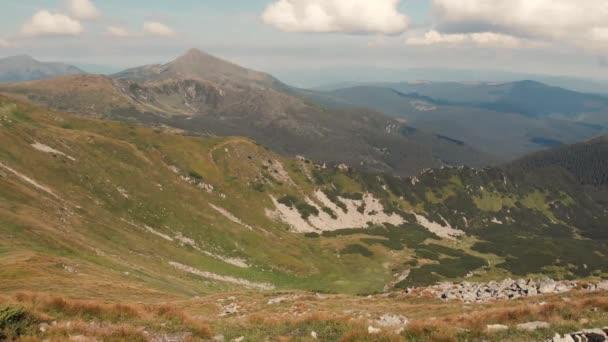 Dech beroucí výhled na horské údolí léto.