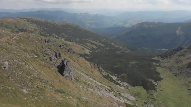 Kilátás a völgyre a hegyek között.