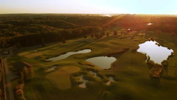 Obrovské golfové hřiště s rybníky.