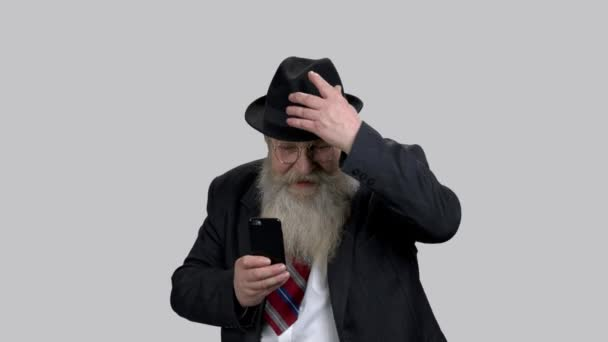 Sehr emotionaler Opa macht Fotos mit seinem Smartphone.