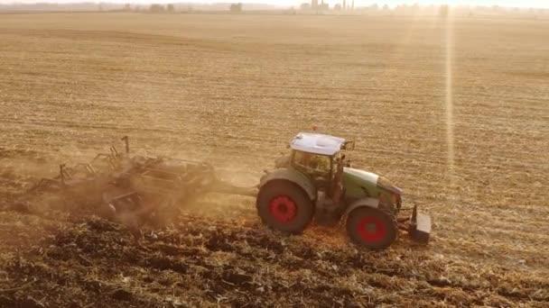 Horní pohled na zelené moderní traktorové orné pole.