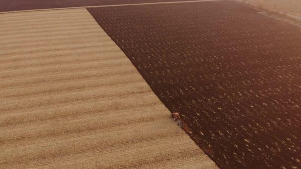 Drónkilátás a traktor szántás mezőgazdasági területen.