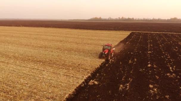 Traktor orá velké pole farmy.