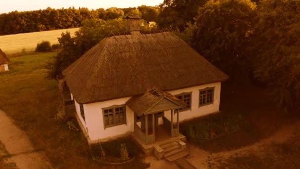 Légi kilátás vidéki falu hagyományos ukrán kunyhóházak.