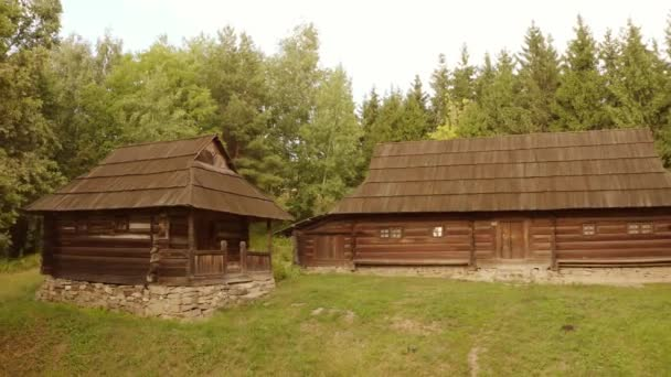 Két rusztikus faház..