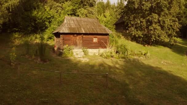 Ősi rusztikus kunyhó egy erdőben.