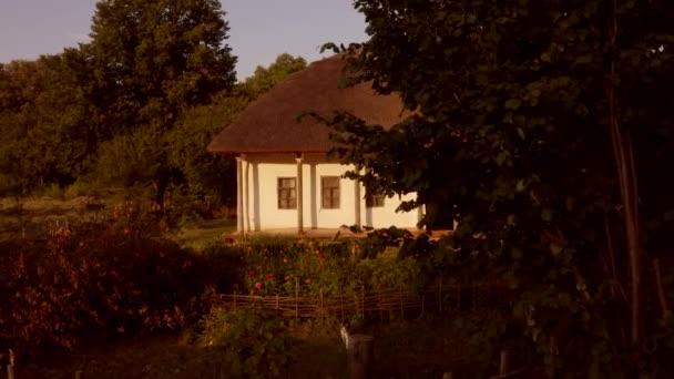Fassade des traditionellen Lehmhauses mit Blumengarten.