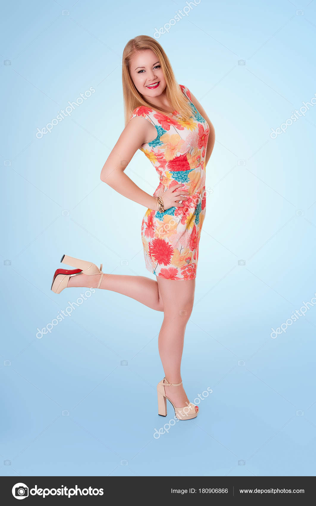 Длинноногая блондинка в коротком платье видео 8