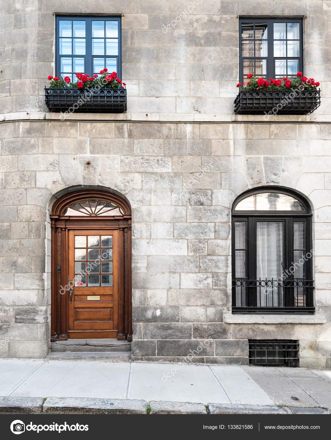 Vorne ein Stein Haus in Quebec — Stockfoto © rruntsch #133821586