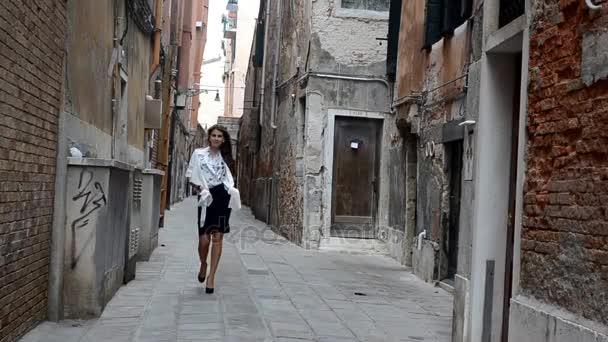 Mladí model šatů ulice Benátky Itálie