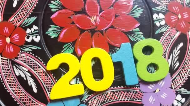 barevné číslo 2018 točí na kulatý Dřevěná deska s malovanými květy ornament