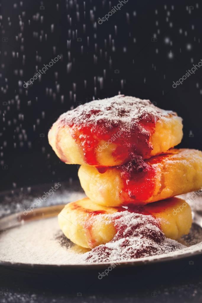 Schleifen Von Zucker Pulver Kase Quark Kuchen Mit Marmelade