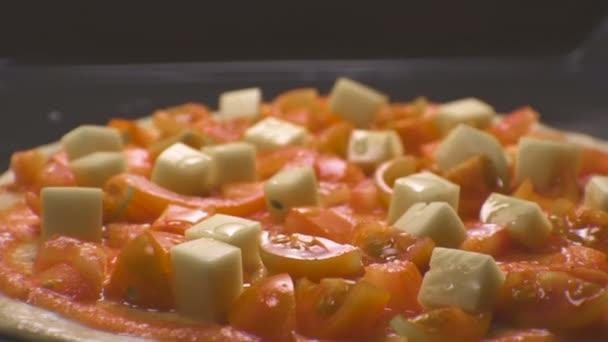 Pizza margarita na pečení list boční pohled. Video