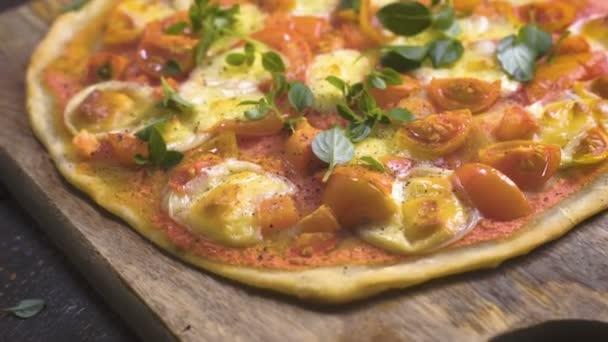 Připravená pizza Margarita s bazalkou listy. Video