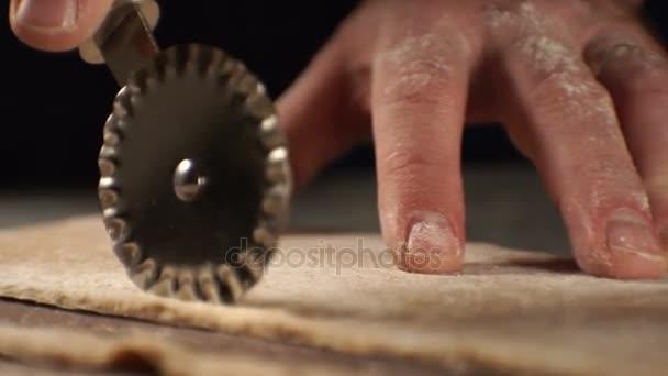 Vágás a tésztát egy késsel, hogy a paszta. Videóinak