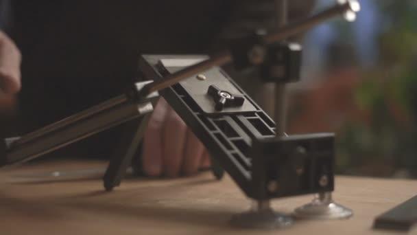 Brousek na nože na dřevěný stůl detail videa