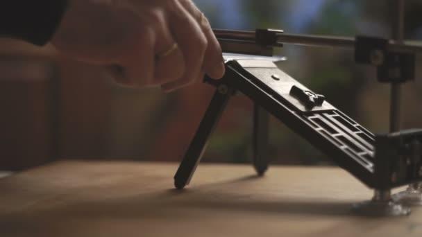 Brousek na nože na dřevěný stůl boční pohled video