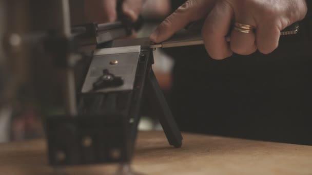 Brousek na kuchyňské nože na dřevěný stůl video