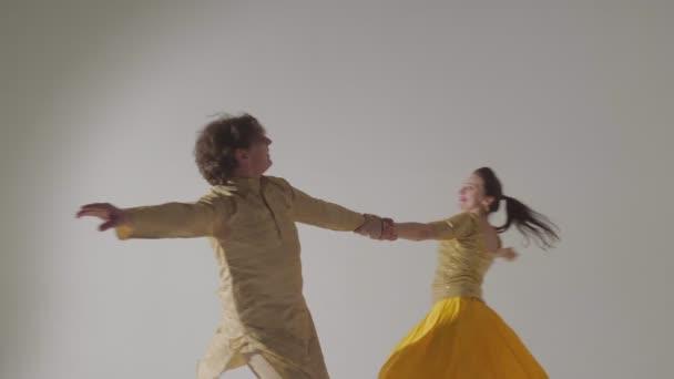 Muž a žena tanec indický tanec přední pohled