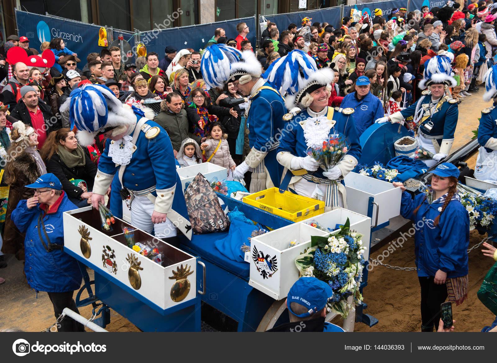 月曜日 awy 花 バラを与えるパレード車両の carnevalists パレード