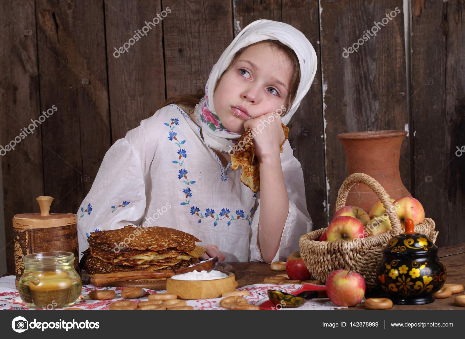 Девушка ест сэндвич в кафе — Стоковое фото © ryzhov #83096238