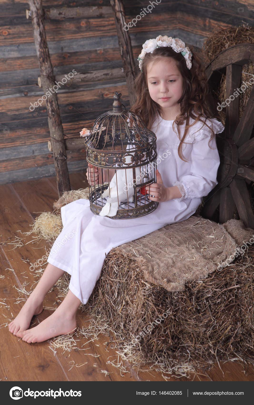 gabbia colomba in una ragazza tiene bianca con una corona che una Yxwaqdz1Uw