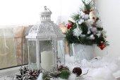 Vánoční dekorace na okenním parapetu
