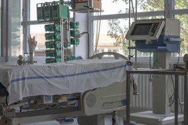 Hastanede yoğun bakım ünitesi, monitörlü yatak, solunum cihazı, koronavirüs covid 19 'un neden olduğu zatürree hastalarının tedavi edilebileceği bir yer..