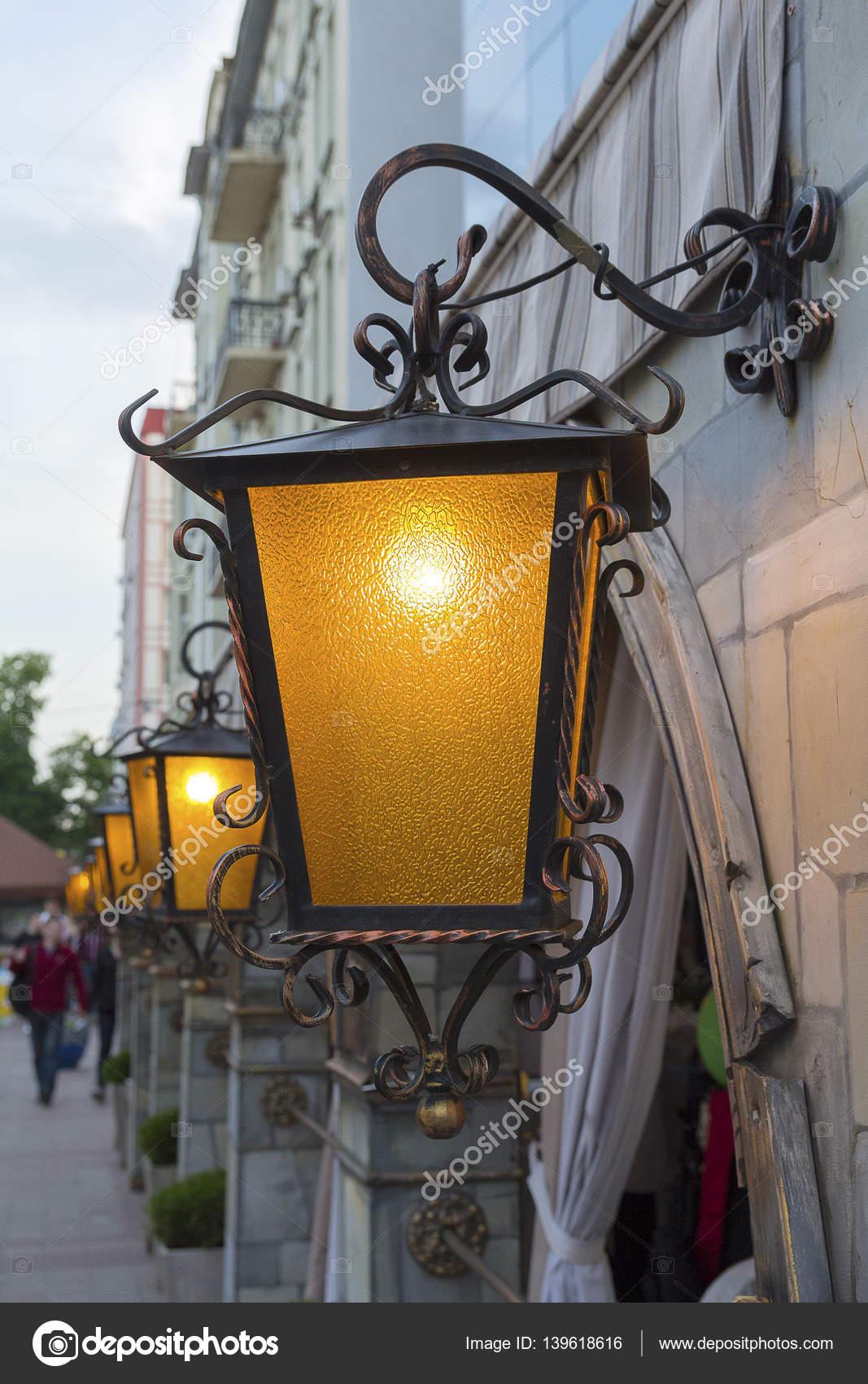 Straat lamp in retro stijl verlichting \'s avonds. Het platform ...