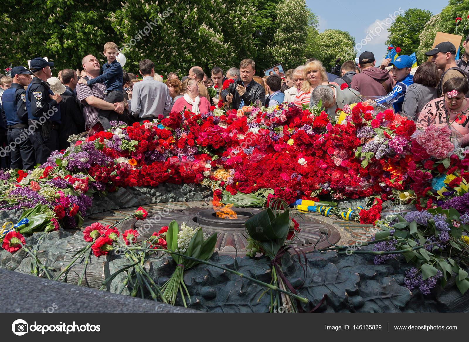 Возложить цветы к