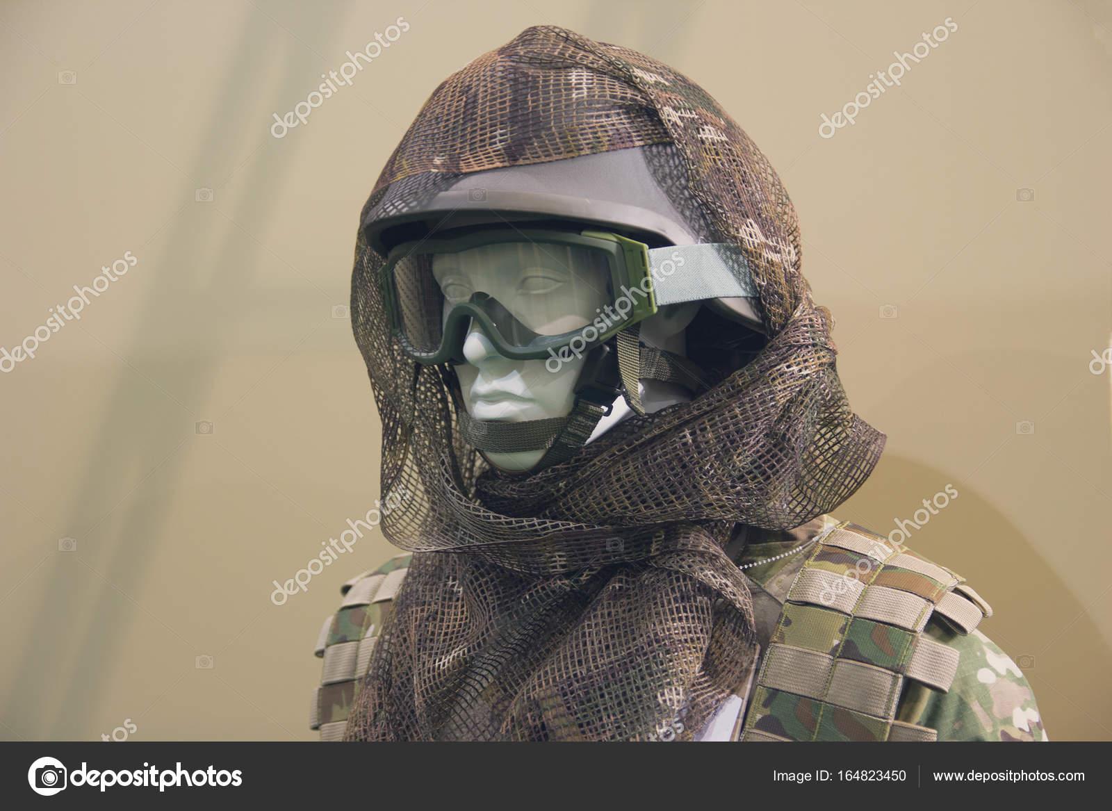 5fc576e39a14b Manequim em um capacete e óculos de proteção táticos — Fotografia de Stock