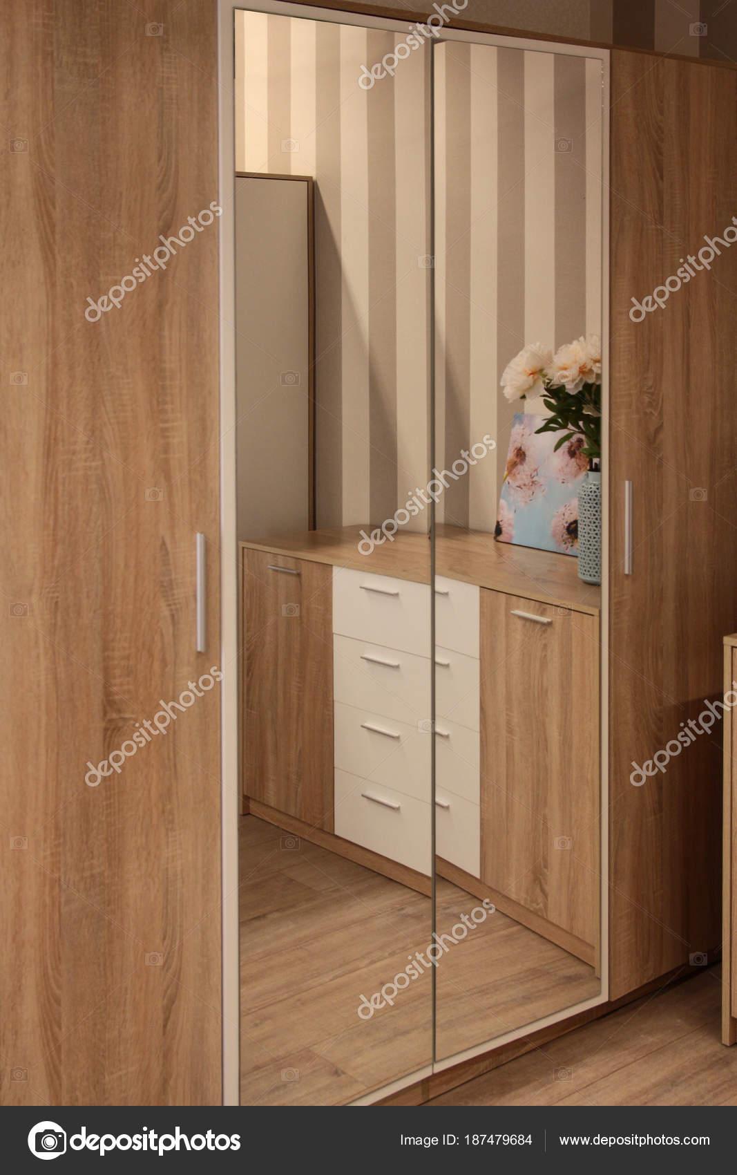 Fassade des Schrankes mit einem Spiegel im Schlafzimmer ...