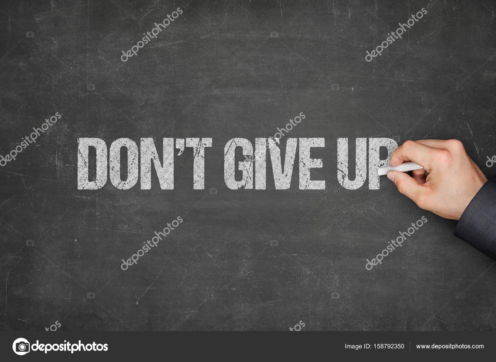 Zakenman Schrijven Dont Give Up Tekst Op Blackboard Stockfoto
