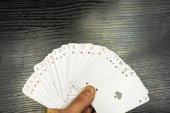 Fényképek Elterjedt pakli a játék kártya a kezében
