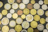 Euromince a polský zlotý na dřevěný stůl.