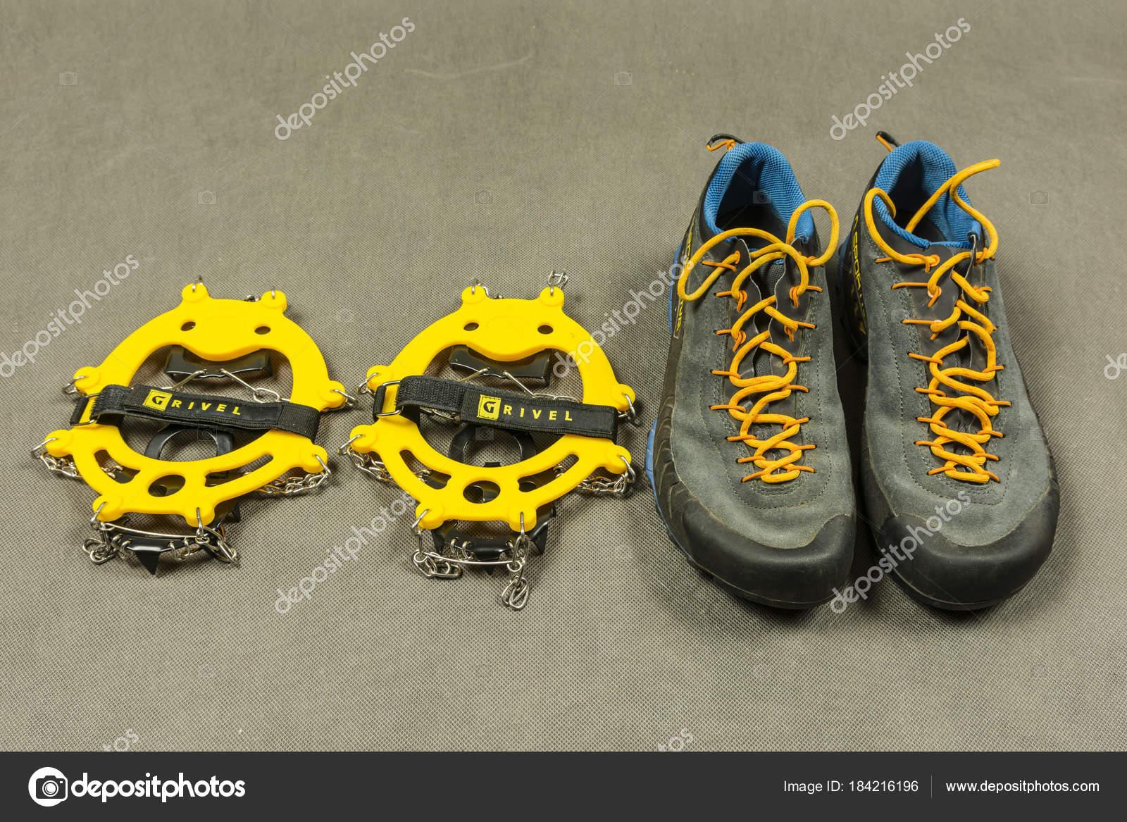La presentazione approccio scarpe e ramponi antiscivolo– Fotografia  Editoriale Stock 212c2d1a566