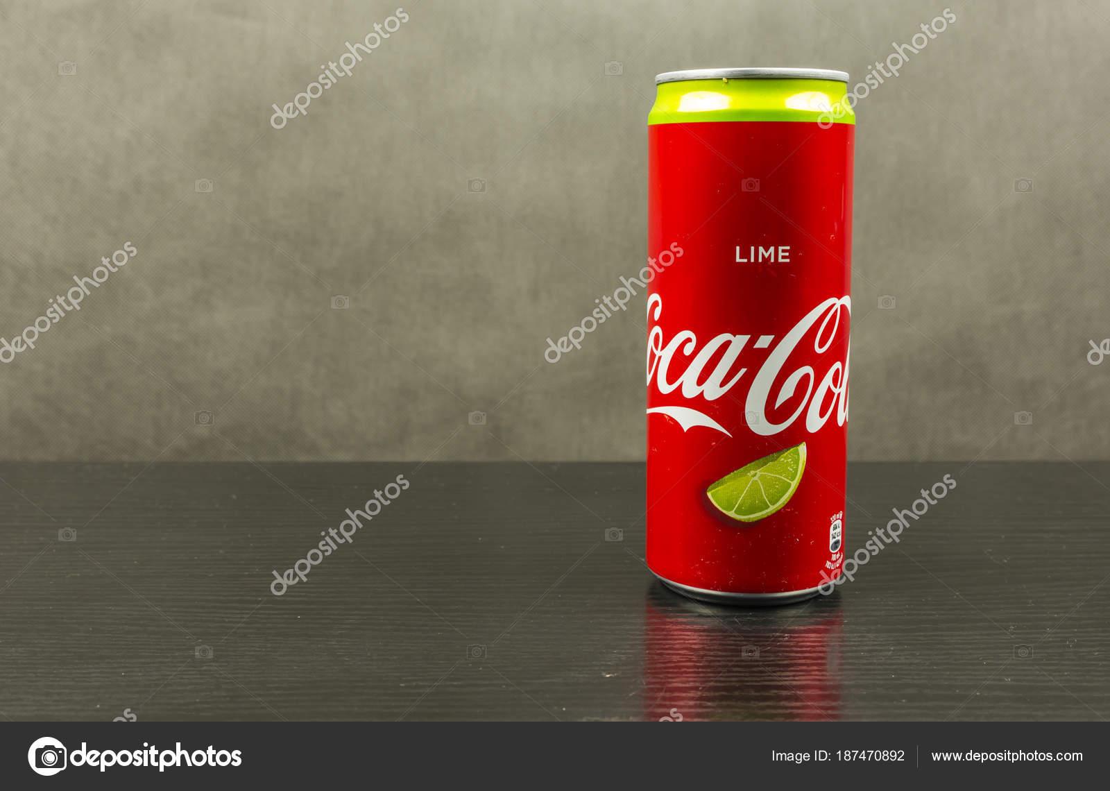 Possibile Di Calce Di Coca Cola Su Uno Sfondo Scuro Foto