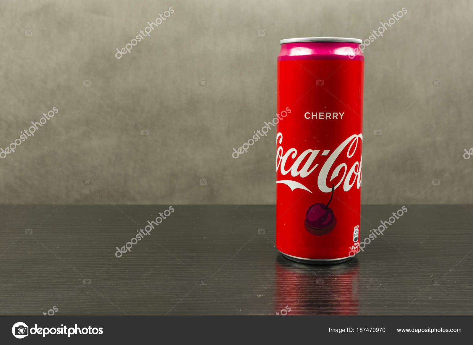 Può Il Gusto Originale Coca Cola Su Uno Sfondo Scuro Foto
