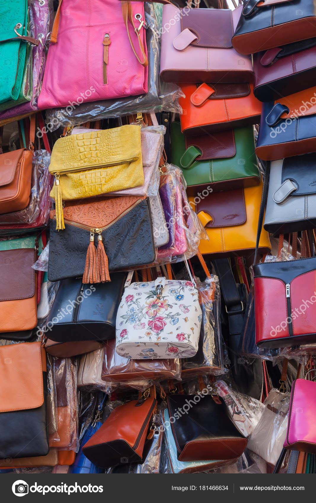 Borse in pelle nel mercato nel centro di Firenze– Fotografia Editoriale  Stock 74f2c75fec7
