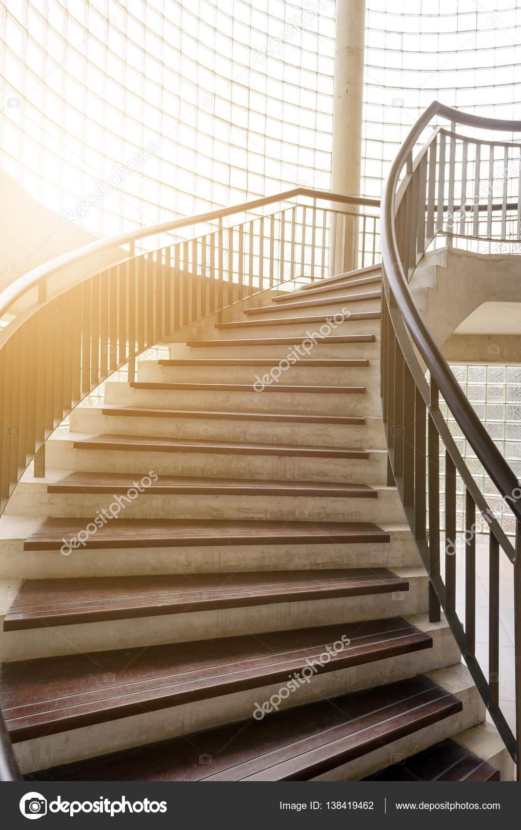 escalera de madera espiral. Escalera de caracol. interior decoración ...