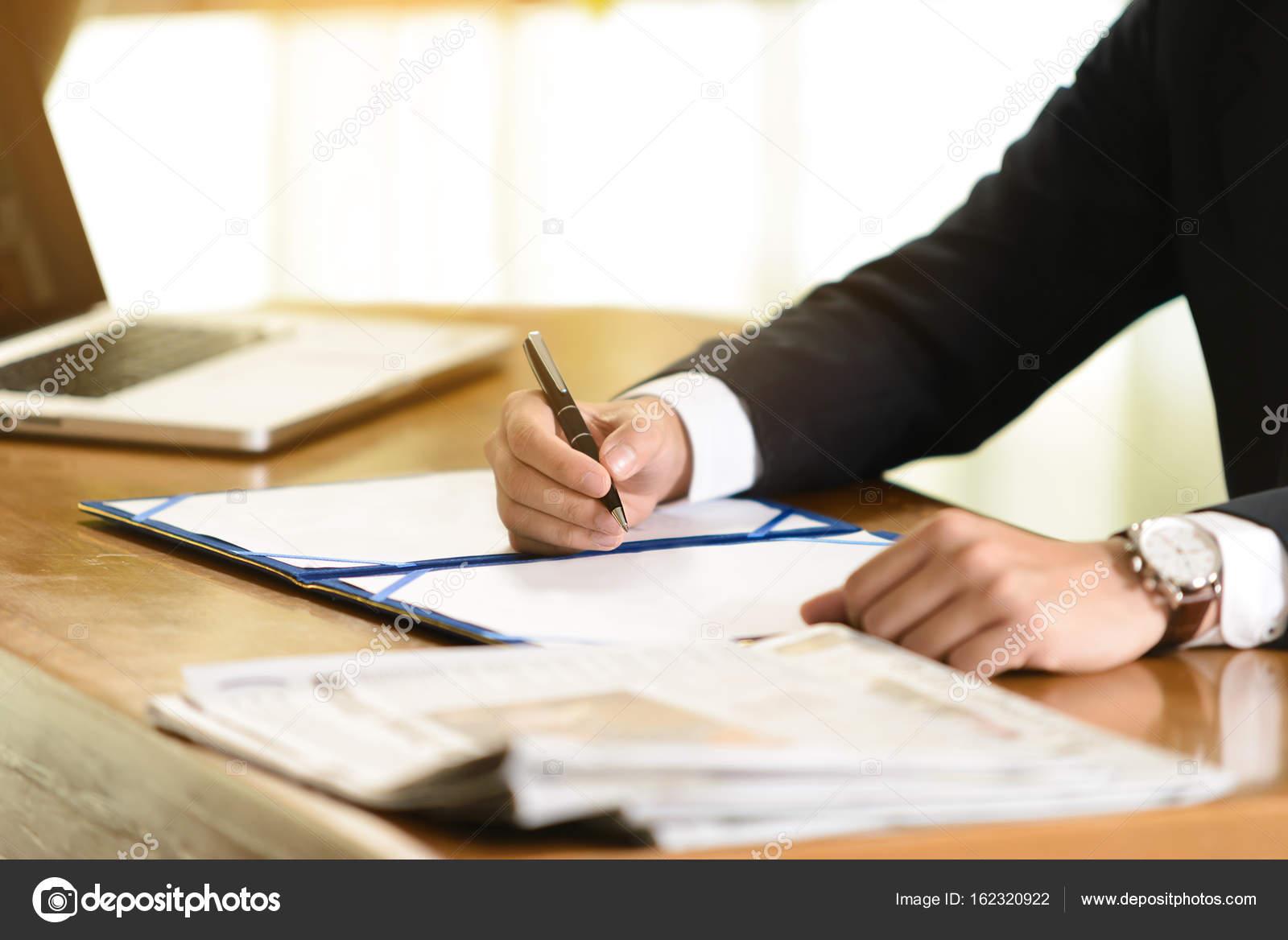 Geschäftsmann Vertrag Unterschreiben Im Büro Stockfoto Bigy00