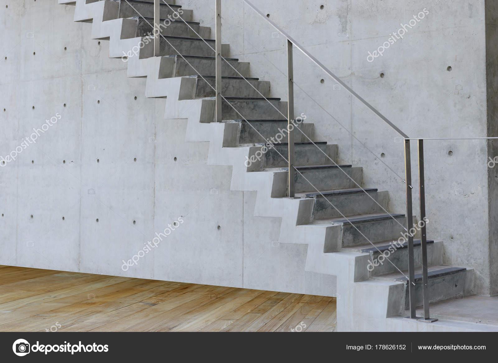 Escalier en béton avec mur de béton et plancher de bois en batiment ...