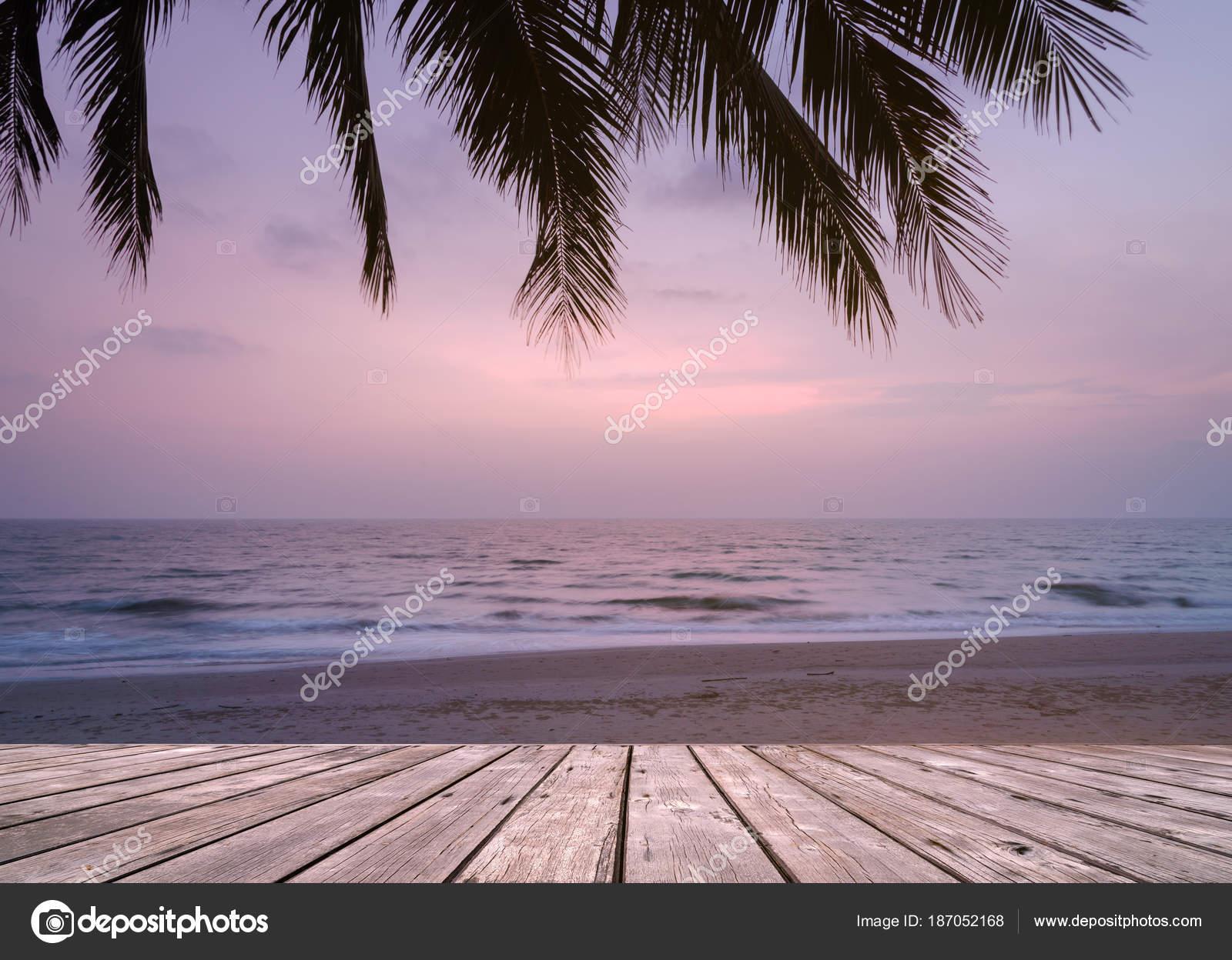 Terraza De Madera Vacía Sobre La Playa De Isla Tropical Con