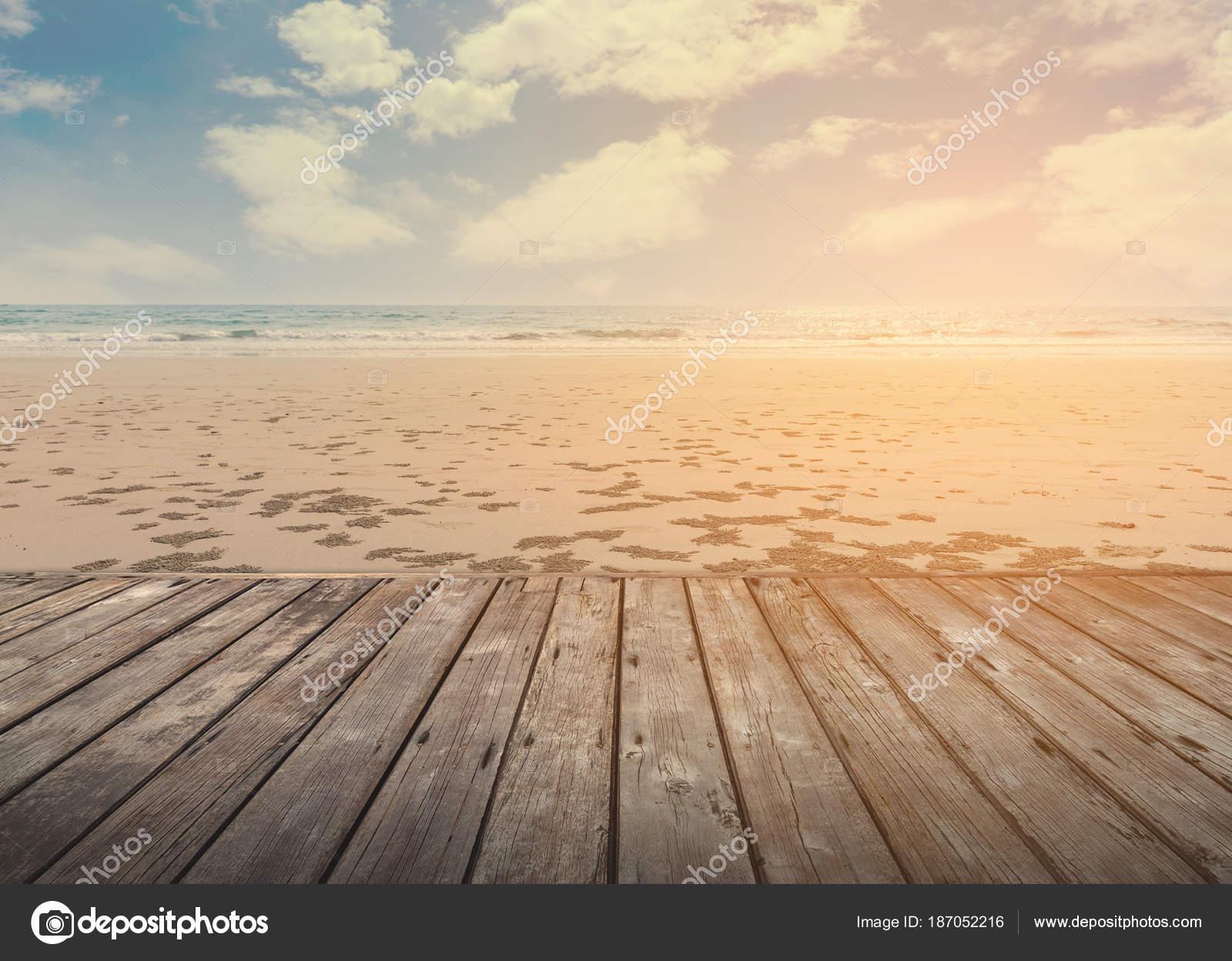 Terraza De Madera Vacía Sobre La Playa De Isla Tropical En