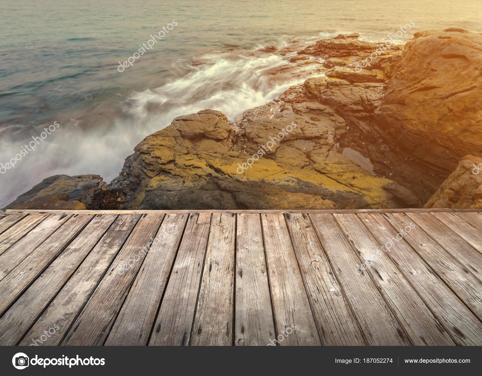 Terraza De Madera Vacía Sobre La Playa De Piedra Y Mar En