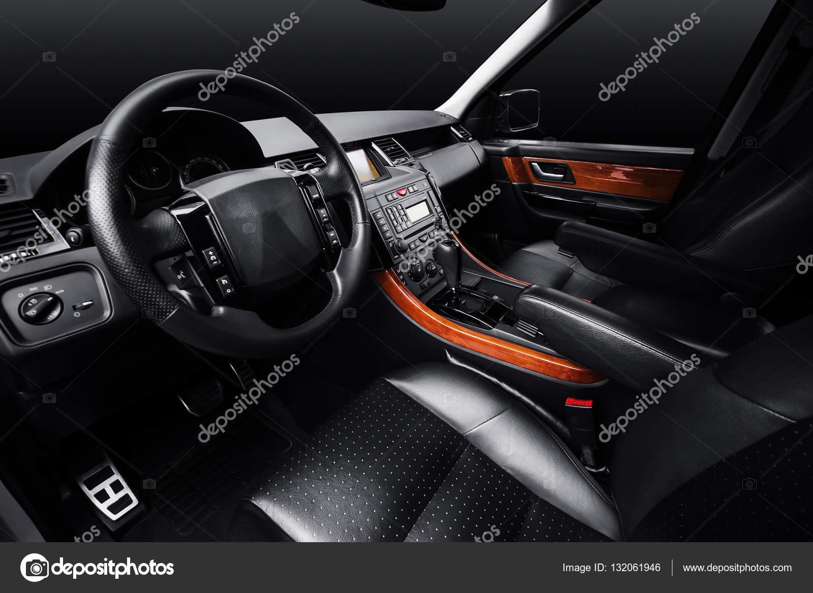 luxeauto lederen interieur zwarte studio achtergrond foto van man64