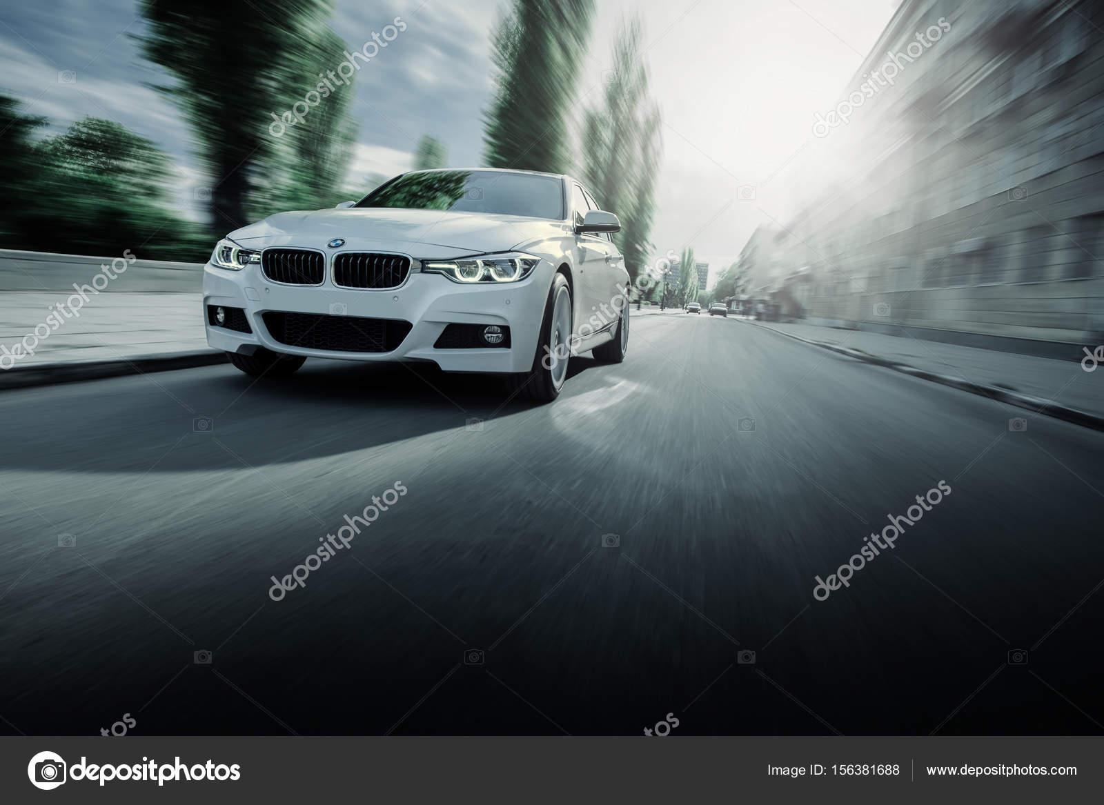 blanco bmw 3 serie f30 coche est conduciendo en carretera asfaltada 2009 BMW 3 Series blanco bmw 3 serie f30 coche est conduciendo en carretera asfaltada en d a de verano