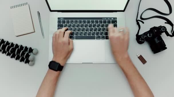 Mann arbeitet Typisierung Verwendung Laptop-Computer. Fotograf flach legen Draufsicht