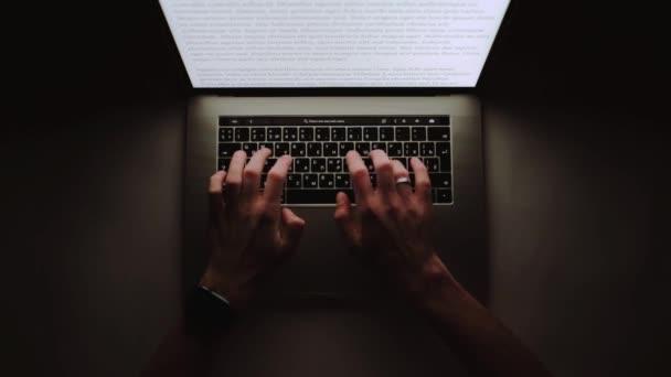 Ember dolgozik gépelés használ laptop számítógép otthoni sötét éjszaka