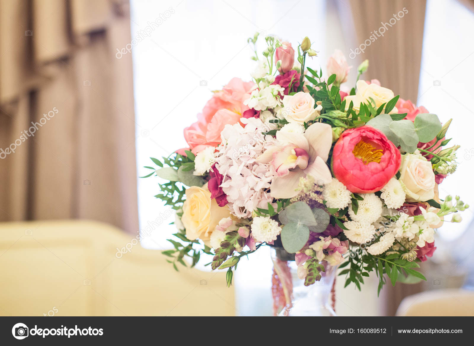 Schöne Dekoration Auf Hochzeit Tisch Mit Rosen In Strauß